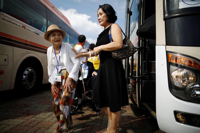 Νοτιοκορεάτες είδαν για πρώτη φορά συγγενείς τους στη Β. Κορέα [φωτό] - εικόνα 2