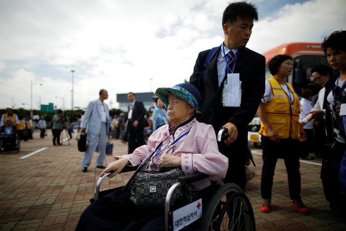 Νοτιοκορεάτες είδαν για πρώτη φορά συγγενείς τους στη Β. Κορέα [φωτό] - εικόνα 3