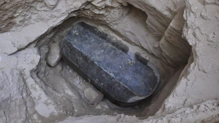 anakalufthike-megali-granitenia-sarkofagos-stin-aleksandreia