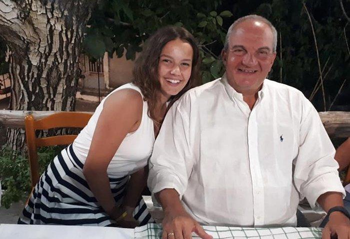 Καραμανλής: Μαυρισμένος, με τη Νατάσα, σε ταβέρνα της Λευκάδας
