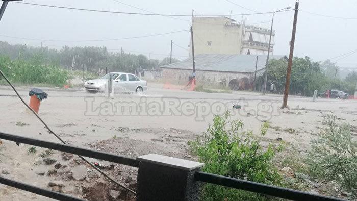 Πλημμύρες, χαλάζι και πτώσεις δέντρων στη Λαμία