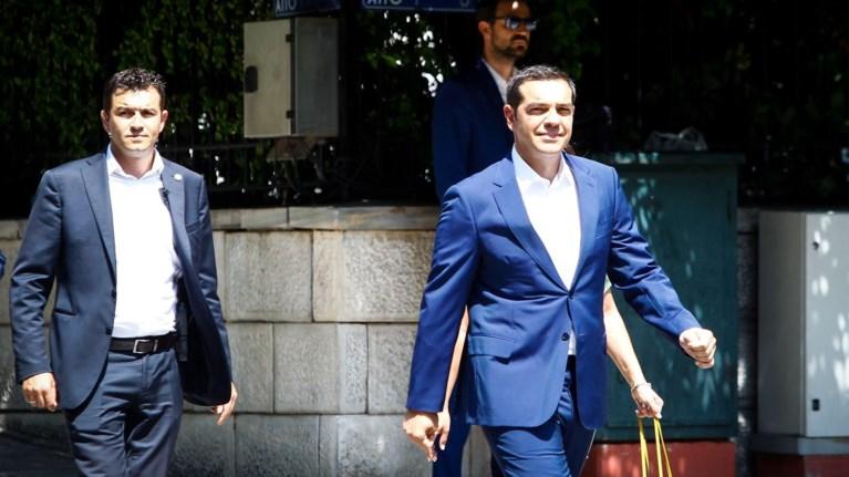 ksenos-tupos-politika-anoigmata-tsipra-gia-na-diekdikisei-ton-kentrwo-xwro