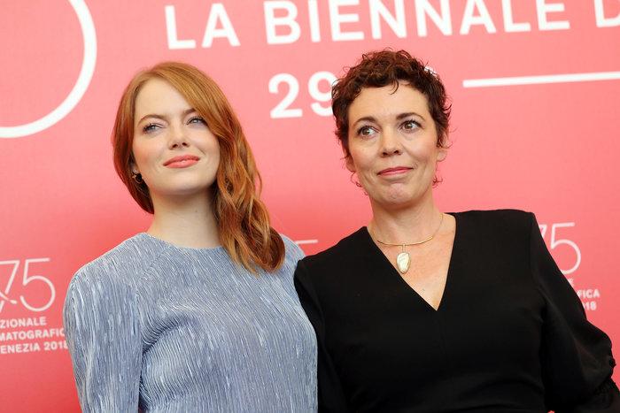 Έμμα Στόουν και Ολίβια Κόλμαν. Η τρίτη πρωταγωνίστρια Ρέιτσελ Βάις δεν πήγε στη Βενετία, καθώς σε λίγες μέρες θα γεννήσει το δέυτερο παιδί της