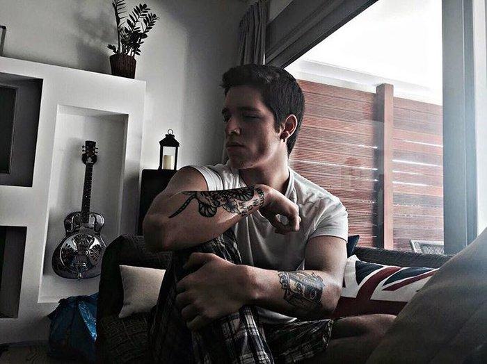 Ο 18χρονος που μοιάζει με διεθνές μοντέλο είναι γιος Ελλήνων τραγουδιστών - εικόνα 3