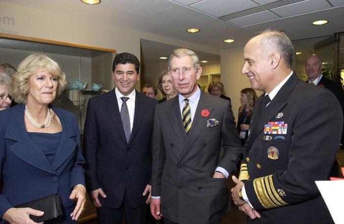Κάρολος και Καμίλα με τον χειρούργο στρατηγό Ρίτσαρντ Καρμόνα το 2005