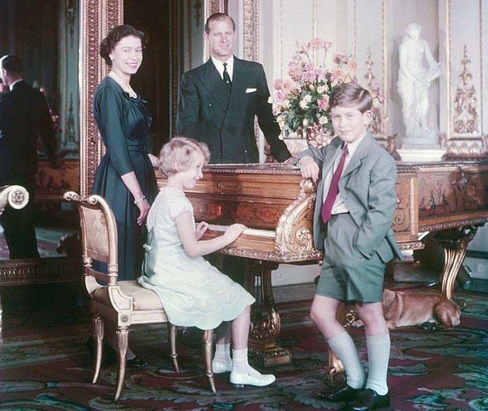 Ο Κάρολος με τους γονείς του, Ελισάβετ και Φίλιππο και την αδερφή του, ΄Αννα, το 1957