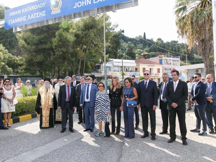 Με φόντο το νέο όνομα του λιμανιού που είναι 5ο μεγαλύτερο στην Ελλάδα σε άφιξη επισκεπτών κρουαζιερόπλοιων. Φωτογραφία: STUDIO PANOULIS