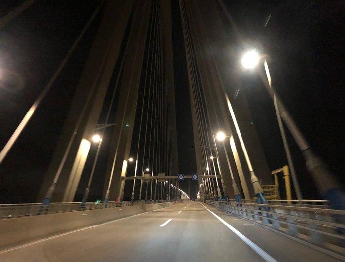 Οδηγώντας για την επιστροφή στην Αθήνα πάνω στη γέφυρα με κατεύθυνση προς Ρίο