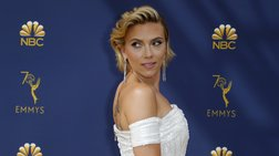Εκτυφλωτική Γιόχανσον με κοσμήματα Έλληνα σχεδιαστή στα ΕΜΜΥ- Ποιος είναι