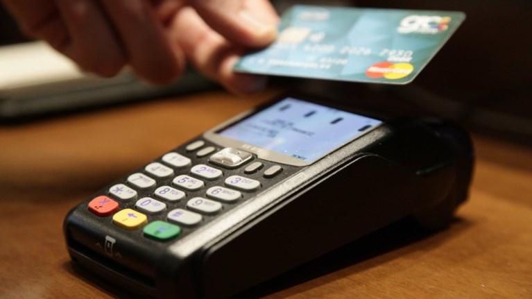 Οι μισές πληρωμές με κάρτα στην Ευρώπη γίνονται ανέπαφα