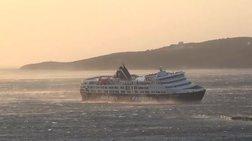 Με κλίση το πλοίο στο λιμάνι της Τήνου λόγω των ανέμων