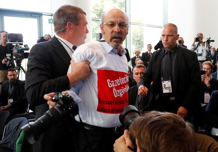 072829620d2c Αμέσως παρενέβησαν άνδρες ασφαλείας που έβγαλαν από την αίθουσα τον  δημοσιογράφο Ερτουγρούλ Γιγκίτ