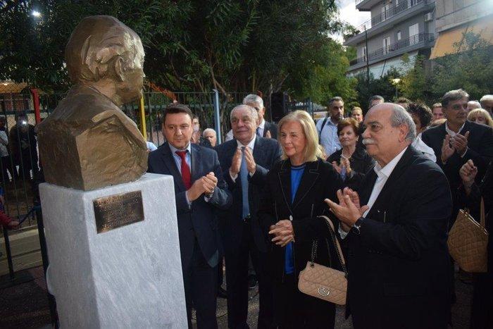 Ο Πρόεδρος της Βουλής, Νικόλαος Βούτσης κι η Ελένη Σαμαράκη στα αποκαλυπτήρια της προτομής του Αντώνη Σαμαράκη. μαζί τους ο Δήμαρχος Αγ. Βαρβάρας, Γεώργιος Π. Καπλάνης κι ο βουλευτής, Γεράσιμος Γιακουμάτος