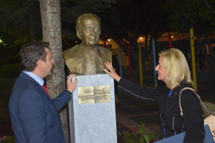 Ο Δήμαρχος Αγίας Βαρβάρας, Γεώργιος Π. Καπλάνης και η Ελένη Σαμαράκη δίπλα στην προτομή του Αντώνη Σαμαράκη