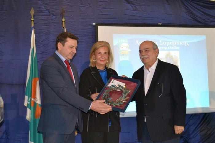 Το αναμνηστικό δώρο του Δημάρχου Αγ. Βαρβάρας, Γεώργιου Π. Καπλάνη, στην Ελένη Σαμαράκη παρουσία του Προέδρου της Βουλής, Νιικόλαου Βούτση