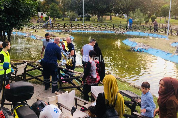 Νεαροί έσωσαν από πνιγμό προσφυγόπουλο σε πάρκο της Θεσσαλονίκης (φωτό) - εικόνα 2