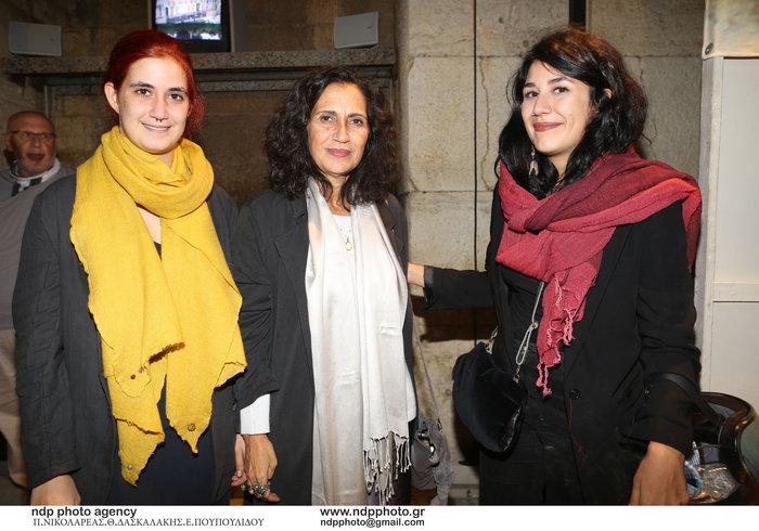 Η Βένια Μητροπάνου (κέντρο) με τις κόρες της.