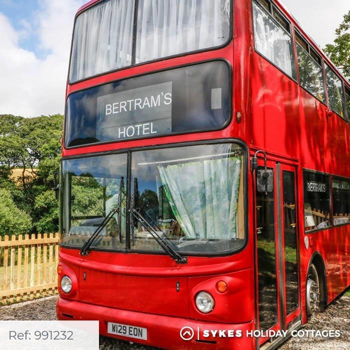 Bertram's Hotel: Κοιμηθείτε άνετα σε απίθανο διώροφο λονδρέζικο λεωφορείο