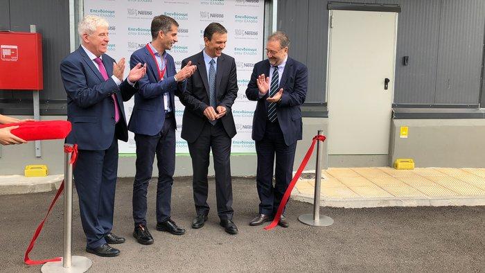 O Διευθυντής του εργοστασίου Γιώργος Σαρρής, ο Περιφερειάρχης Στερεάς Ελλάδας Κώστας Μπακογιάννης, ο Πρόεδρος και Διευθύνων Σύμβουλος της Nestle Ελλάς Νίκος Εμμανουηλίδης και ο Αναπληρωτής Υπουργός Οικονομίας και Ανάπτυξης, Στέργιος Πιτσιόρλας