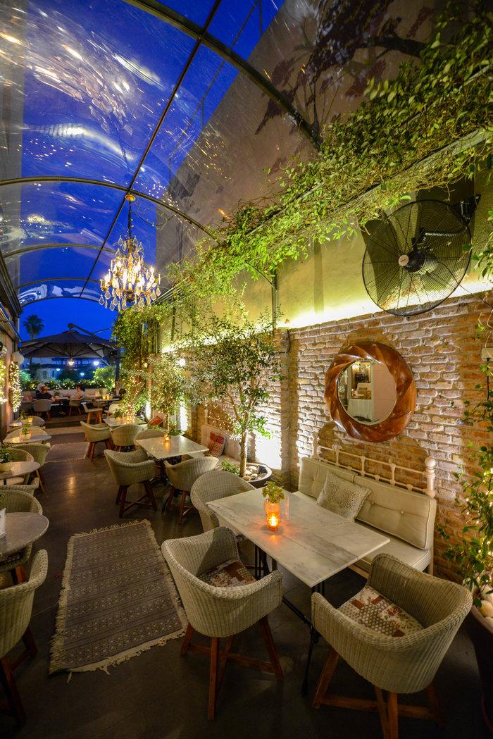 Ο στεγασμένος χώρος του bistro στο Marpessa smart Luxury Hotel