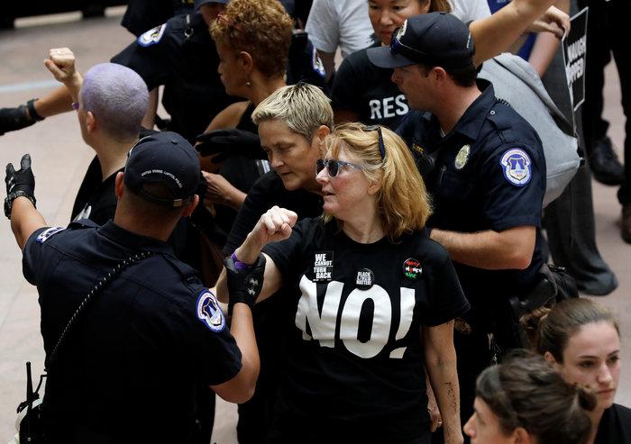 Χειροπέδες σε Έμιλι Ραταϊκόφσκι & Έιμι Σούμερ σε διαδήλωση κατά του Κάβανο - εικόνα 3