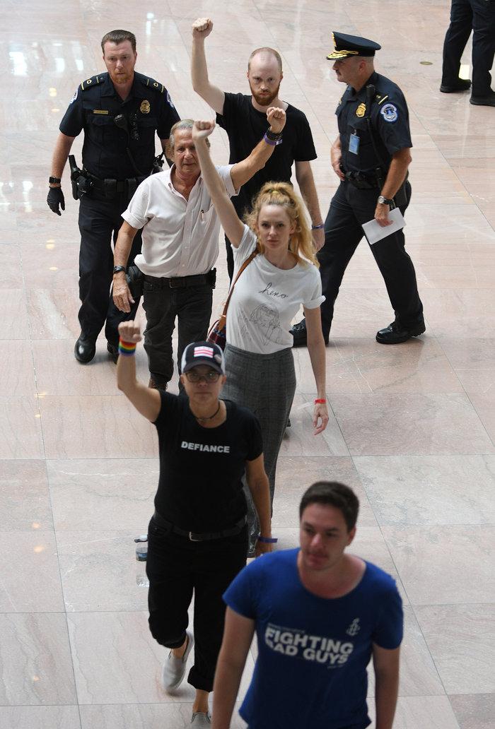 Χειροπέδες σε Έμιλι Ραταϊκόφσκι & Έιμι Σούμερ σε διαδήλωση κατά του Κάβανο - εικόνα 5