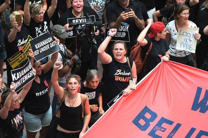 Χειροπέδες σε Έμιλι Ραταϊκόφσκι & Έιμι Σούμερ σε διαδήλωση κατά του Κάβανο - εικόνα 8