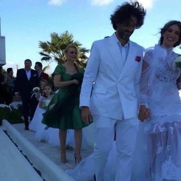 Οι πρώτες φωτό από το γάμο της Οικονομάκου - Το νυφικό έκπληξη