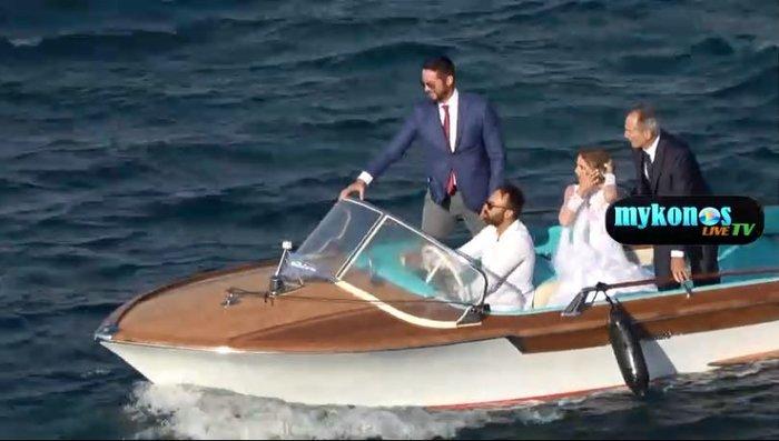 Mε 7 μποφόρ, η Οικονομάκου πήγε με σκάφος Riva στον γάμο & δείτε τι έγινε - εικόνα 2