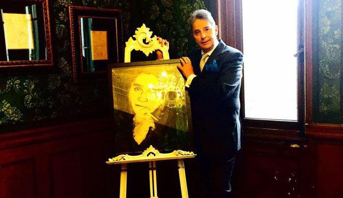 Ο Νικόλαος Σταθούλης με πορτρέτο του Αλέξανδρου Ιόλα