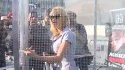 Η Πάμελα Άντερσον σε κλουβί για να καταγγείλει τον βασανισμό των ζώων