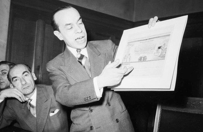 Ο Υπουργός Συντονισμού Σπυρίδων Μαρκεζίνης, μαζί με άλλα στελέχη της κυβέρνησης, παρουσιάζουν τα ομόλογα του πρώτου μεταπολεμικού εσωτερικού δανείου, καθώς και τραπεζογραμμάτια της «νέας δραχμής» (1954). Πηγή: Ιστορικό Αρχείο της Τράπεζας της Ελλάδος