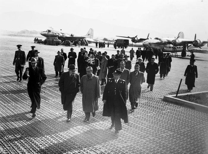Στιγμιότυπο από την υποδοχή του του Υπουργού Οικονομικών και Διοικητή της τράπεζας της Ελλάδος, Γεώργιου Μαντζαβίνου, στο αεροδρόμιο της Αθήνας (1950). Πηγή: Ιστορικό Αρχείο της Τράπεζας της Ελλάδος
