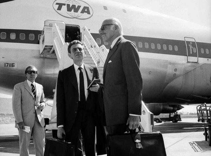 Ο Διοικητής, Παπαγής Παπαληγούρας, αναχωρεί μαζί με τον υπουργό Συντονισμού, Ξενοφών Ζολώτα, για τη Ουάσινγκτον (1974). Πηγή: Ιστορικό Αρχείο της Τράπεζας της Ελλάδος
