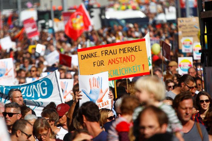 Λαοθάλασσα στο Βερολίνο κατά του μίσους και του ρατσισμού - εικόνα 3