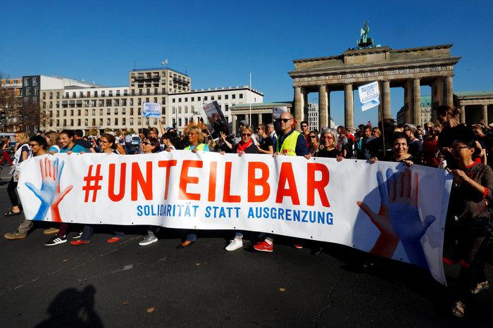 Λαοθάλασσα στο Βερολίνο κατά του μίσους και του ρατσισμού - εικόνα 5