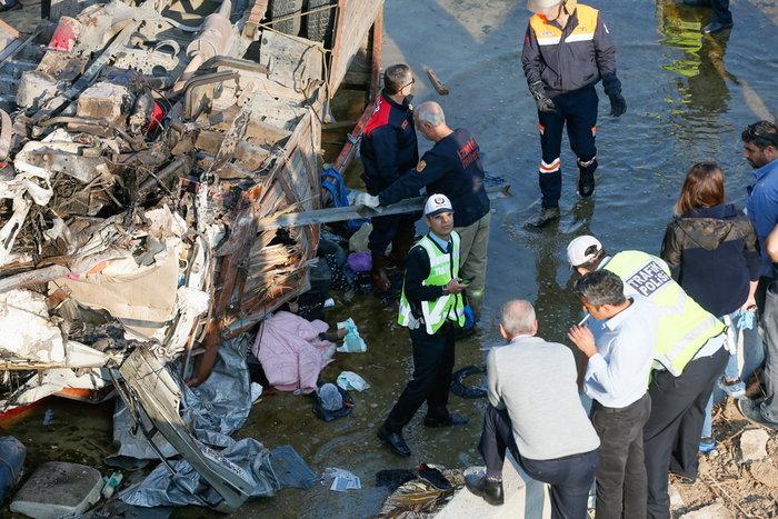 Τραγωδία στην Σμύρνη: 19 μετανάστες νεκροί από πτώση φορτηγού σε κανάλι - εικόνα 2