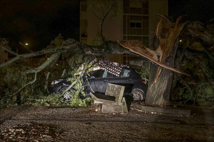 Σάρωσε την Πορτογαλία η τροπική καταιγίδα Λέσλι - εικόνα 2