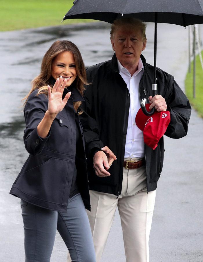 Τραμπ vs Ομπάμα: Τι κάνει ένας τζέντλεμαν όταν μόνο αυτός κρατά ομπρέλα;