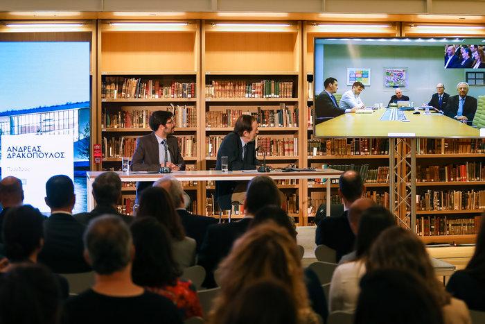 Στιγμιότυπο από την τηλεδιάσκεψη με Νέα Υόρκη και τον Ανδρέα Δρακόπουλο με τους συνεργάτες του. Παρακολουθεί (δεξιά) ο Διευθύνων Σύμβουλος του Κέντρου Πολιτισμού Ίδρυμα Σταύρος Νιάρχος, Νίκος Μανωλόπουλος.