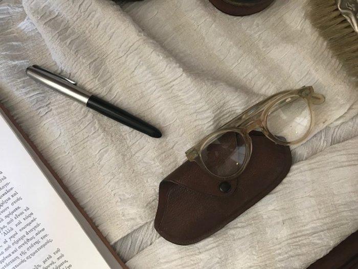 Τα γυαλιά και η πένα της Αγγελικής Χατζημιχάλη