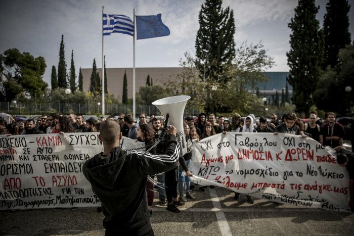 Πορεία μαθητών στο υπουργείο - μπήκαν στο γραφείο Γαβρόγλου