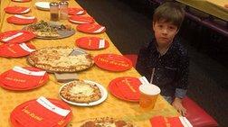 """Η λυπητερή φωτο που """"έριξε"""" το ίντερνετ:6χρονος ολομόναχος στα γενέθλιά του"""