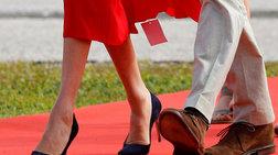 Η γκάφα της Μαρκλ: Ξέχασε να βγάλει το... ταμπελάκι από το φόρεμα