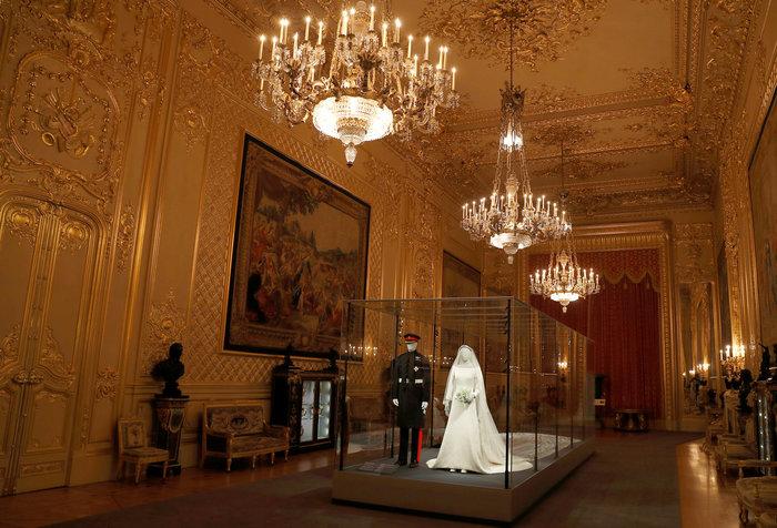 H έκθεση με τα γαμήλια ρούχα Χάρι και Μέγκαν σχεδόν sold-out