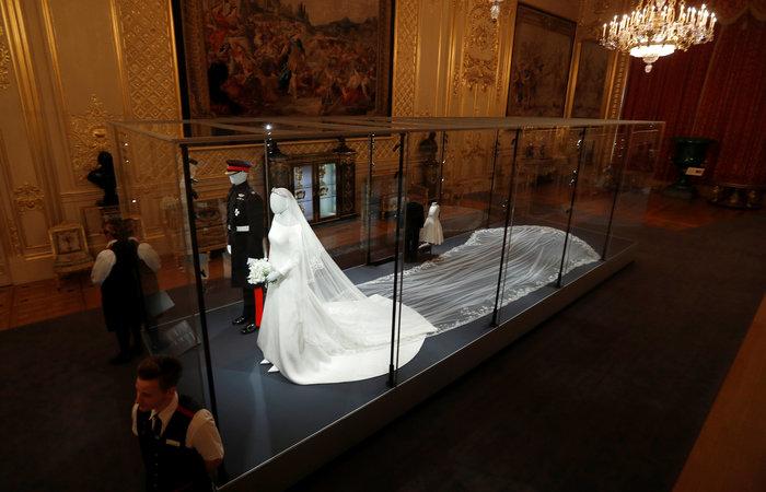 H έκθεση με τα γαμήλια ρούχα Χάρι και Μέγκαν σχεδόν sold-out - εικόνα 3