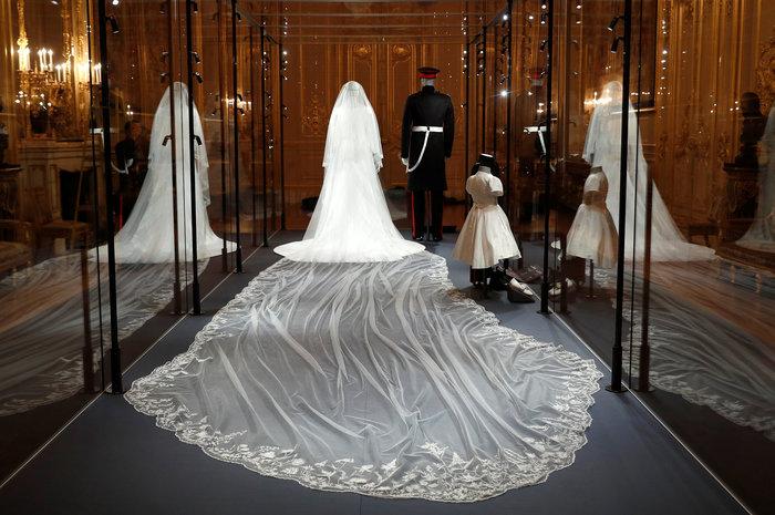 H έκθεση με τα γαμήλια ρούχα Χάρι και Μέγκαν σχεδόν sold-out - εικόνα 4