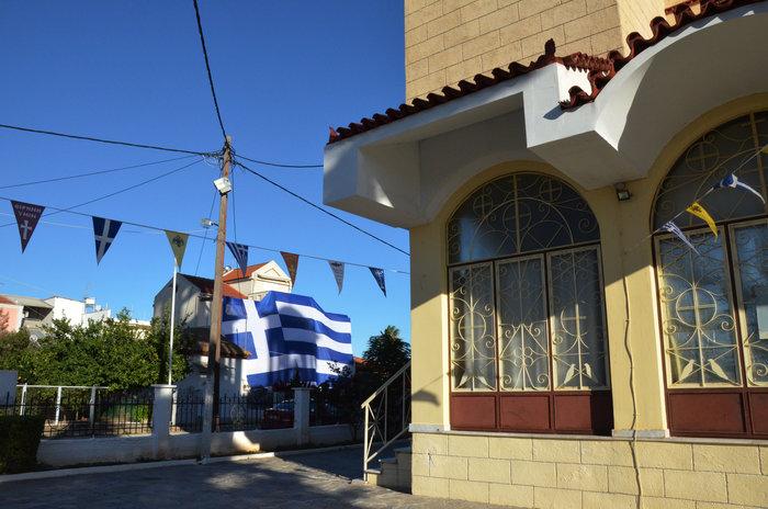 Κάλυψε ολόκληρο το σπίτι του με ελληνική σημαία 140 τετραγωνικών - φωτό