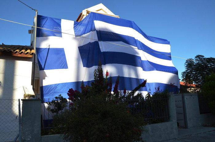 Κάλυψε ολόκληρο το σπίτι του με ελληνική σημαία 140 τετραγωνικών - φωτό - εικόνα 2