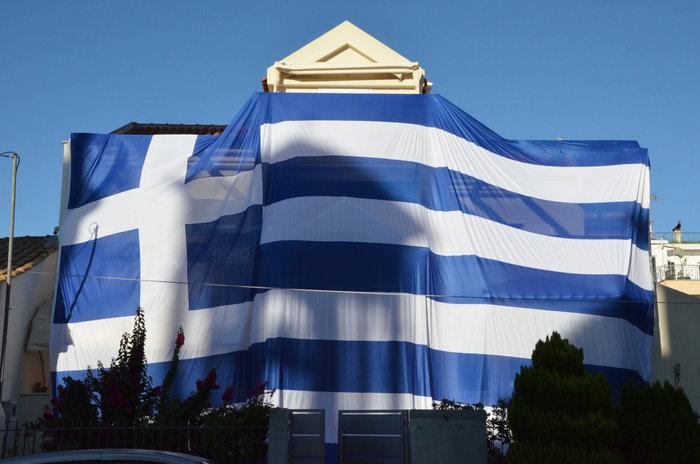 Κάλυψε ολόκληρο το σπίτι του με ελληνική σημαία 140 τετραγωνικών - φωτό - εικόνα 3